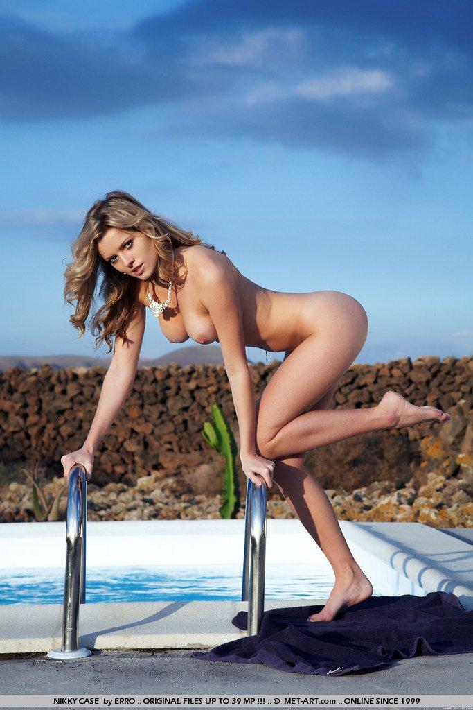 Nikky Case na piscina
