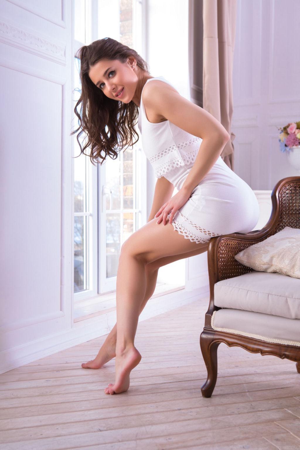 Sybil de vestido branco 01